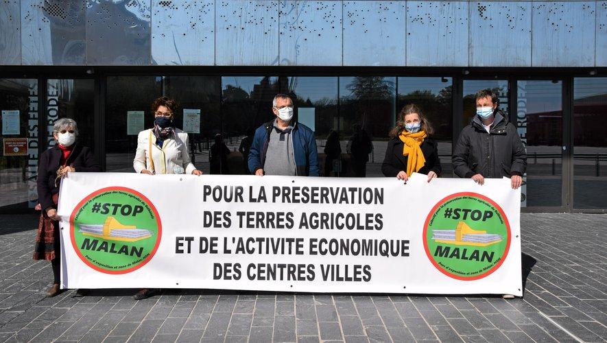 Le collectif, désormais association, Stop Malan s'est retrouvé devant la salle des fêtes de Rodez, qui est une de leurs alternatives au parc des expositions.