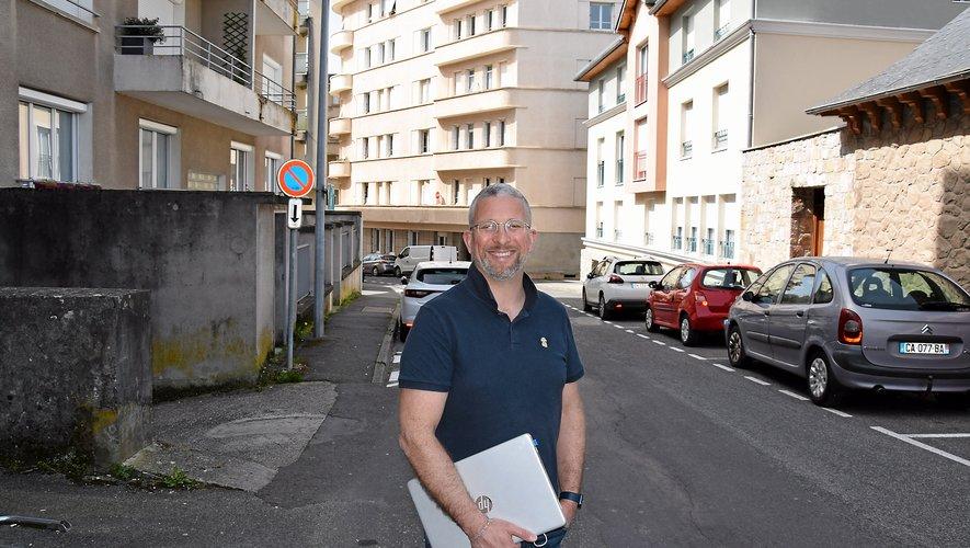 C'est au 4e étage de cet immeuble de la rue Peyrot à Rodez que François Blanquet a longtemps rendu visite à sa grand-mère. Elle est décédée en octobre 2020, l'année de ses cent bougies. Il y est revenu avec beaucoup d'émotion.RDS