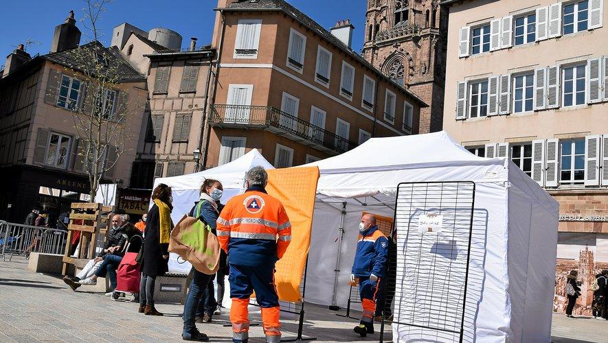 La tente servant au dépistage massif de la population  a accueilli de nombreux Ruthénois hier matin  sur la place de la Cité.