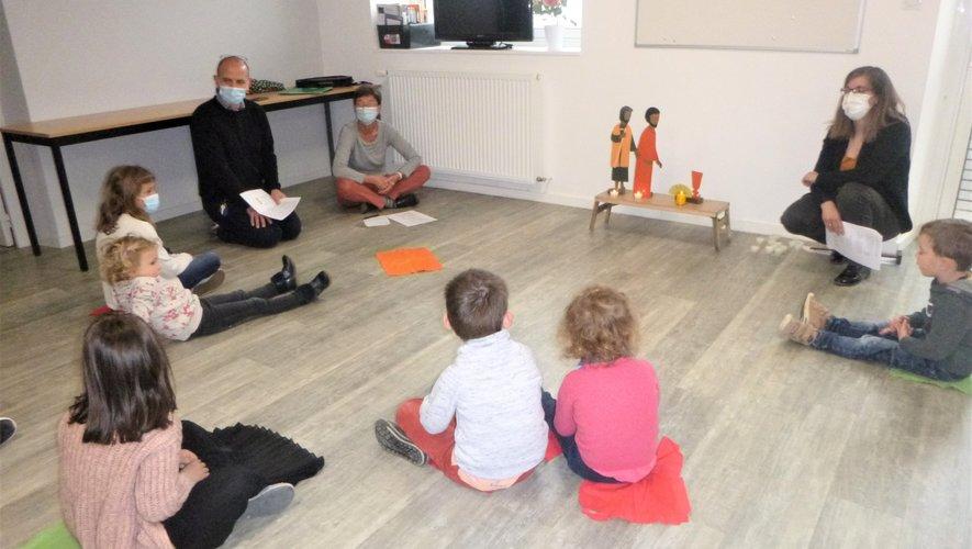 Les enfants participant à cet éveil à la foi avant de rejoindre les paroissiens.