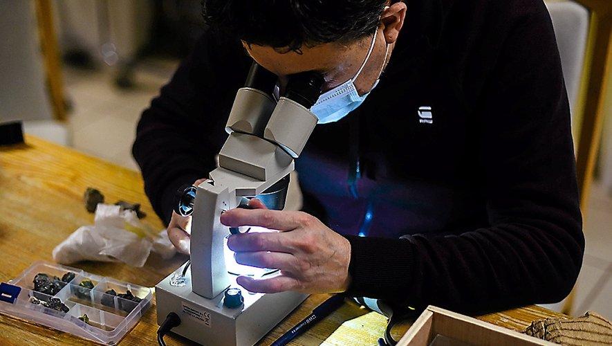 Cet atelier permet aux patients d'étudier et d'échanger avec des collectionneurs de la Terre.