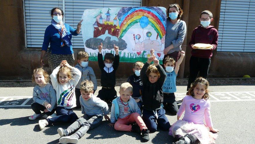 Les enfants très fiers de montrer la fresque qu'ils ont réalisée.