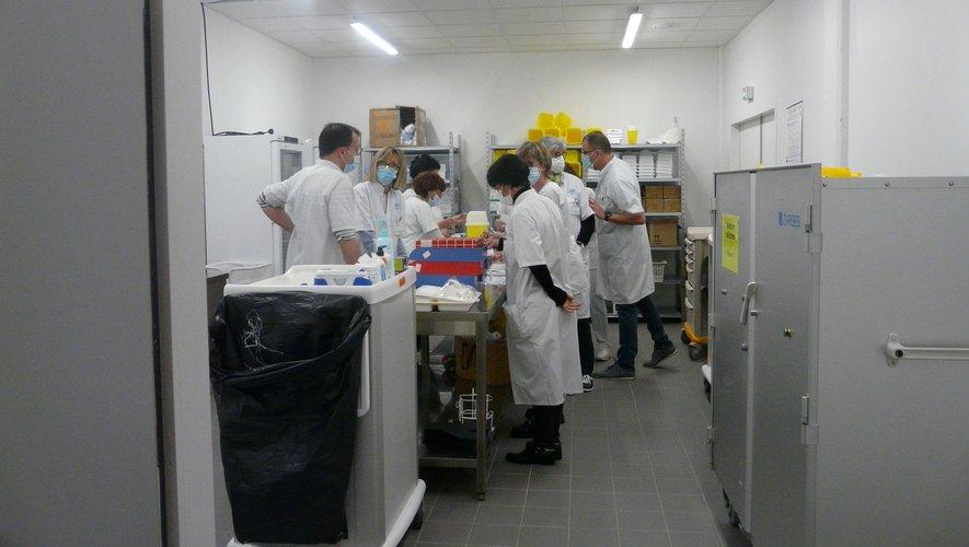 Une des équipes de soignants à la préparation des doses de vaccin.
