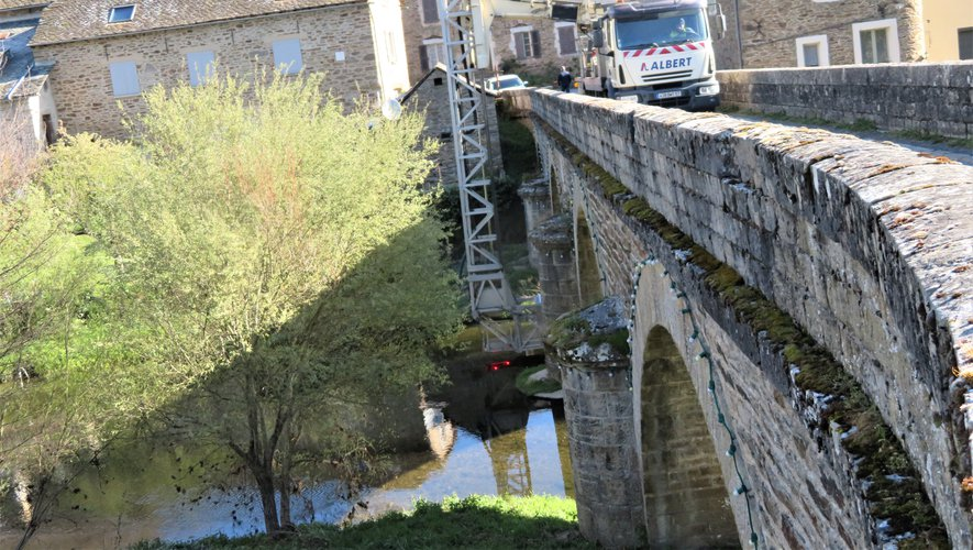 Une équipe a observé le pont.