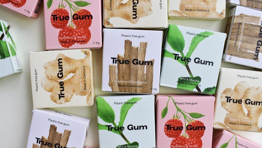 Un nouveau chewing-gum, élaboré à partir de plantes et de sève de gommier, respecte les rues et la nature. Sans plastique, sans sucre et vegan, True Gum est une alternative biodégradable aux pastilles classiques.