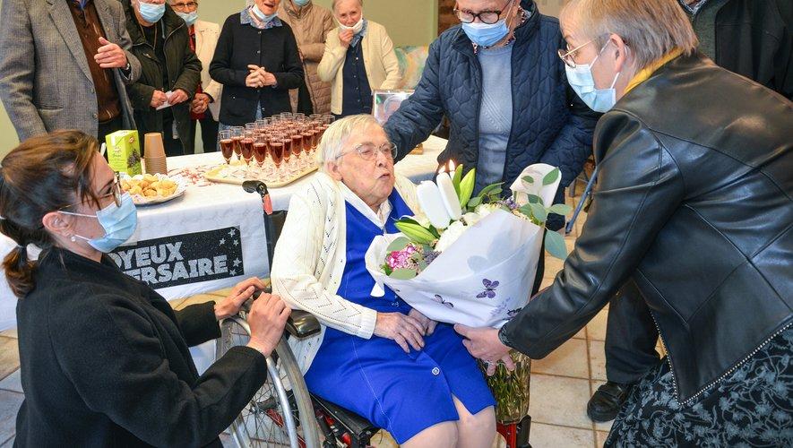 La nouvelle centenaire a soufflé sans peine les 3 grosses bougies de son bouquet.