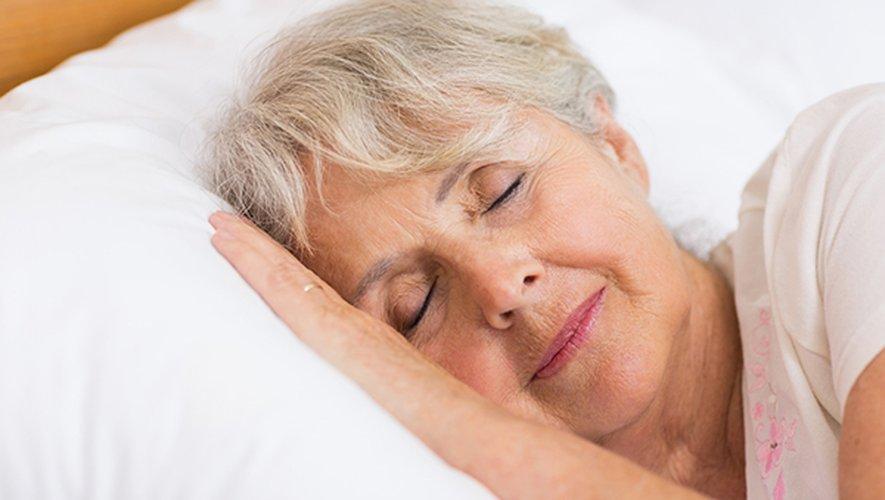 Dormir six heures ou moins par nuit entre 50 et 70 ans est associé à un risque accru de démence, selon une nouvelle étude.