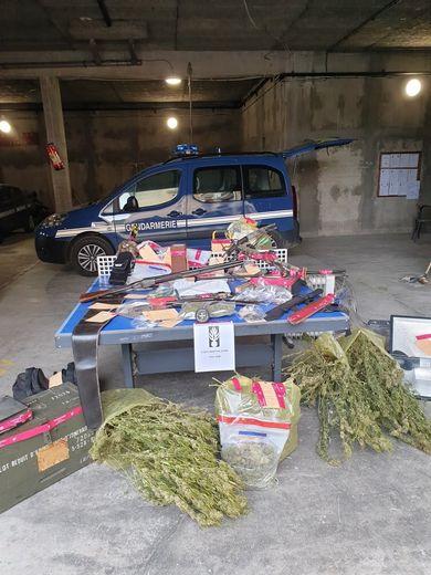 Outre plusieurs armes, un kilogramme d'herbes de cannabis a été saisi par les gendarmes.