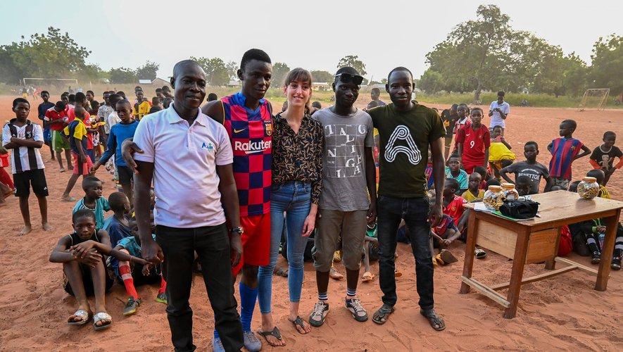 Laure Arnal entourée d'une partie de l'association Rural Soccer Ghana avec Lukman Kadiri (tout à gauche), et Ibrahim et Mohammed, qui entraînent les enfants.