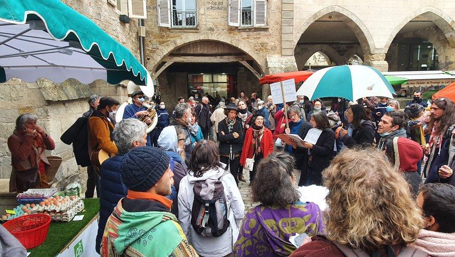 Opposés au port du masque, les mécontents se sont fait entendre par des chants sur la place Notre-Dame.
