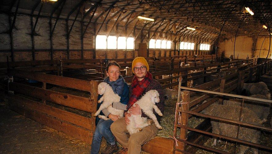 Anna et Victor ont repris la ferme en janvier 2021. Victor tient dans ses bras le tout premier bébé chevreau de ces néoéleveurs.