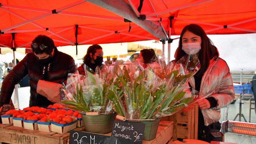 Sur la place du Bourg, le muguet sauvage d'Inès attirait autant les regards que les fraises voisines.