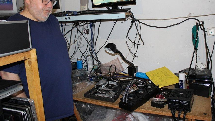Dans l'ambiance rock'n'roll de son atelier bien rangé, Patrick Lorentz prend le pouls des ordinateurs qu'on lui confie.