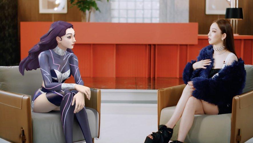 La chanteuse sud-coréenne Karin (D) et son avatar virtuel, ae-Karina, sont toutes les deux membres du groupe aespa.