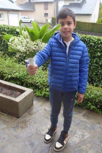 Mathéo, fier d'offrir un joli bouquet de muguet à sa mami Michou.