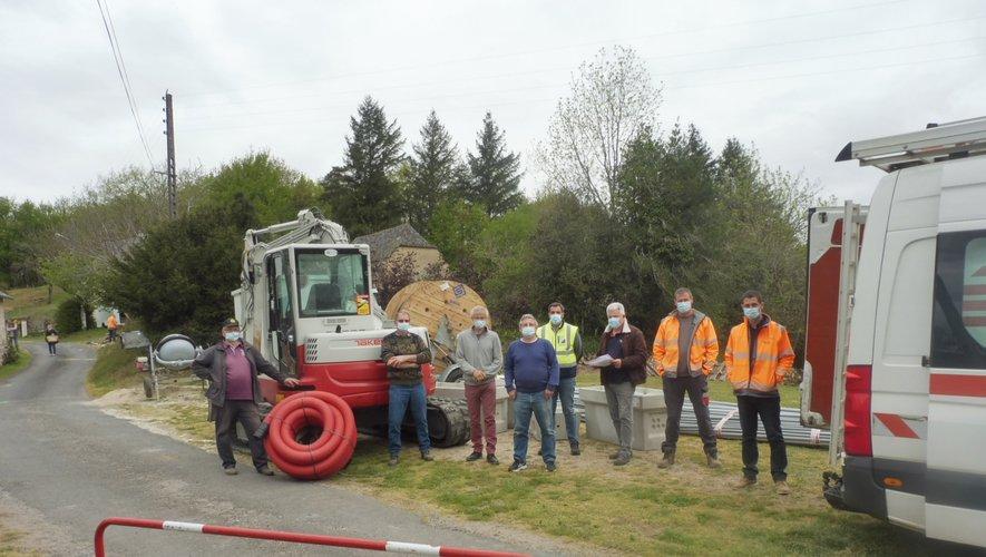 Réunion de chantier avec des membres du conseil municipal, M. Regourd du Sieda et des employés de l'entreprise Eiffage.