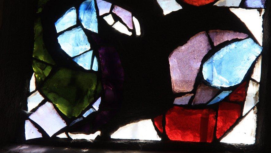 Détail du vitrail avec ses éclats de verre