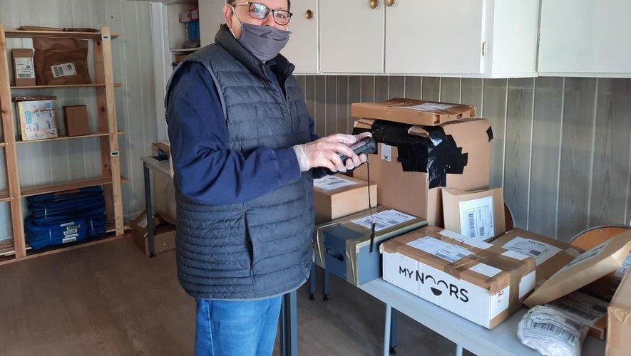 Jean-Manuel Rohart, enregistrant un colis.