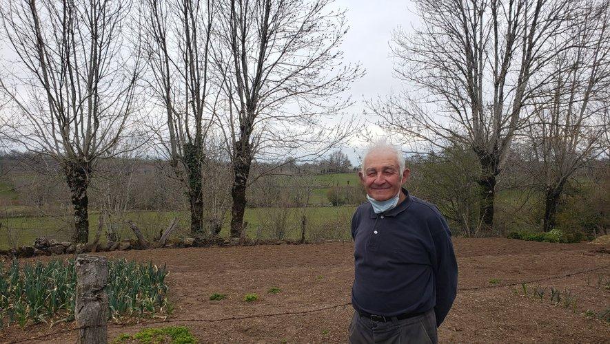 """Les jardins partagés, ce sont des moments pour soi, mais surtout des temps  de convivialité, de partage et de conseil en jardinage promulgués  par des """"spécialistes"""" comme M. Rainho."""
