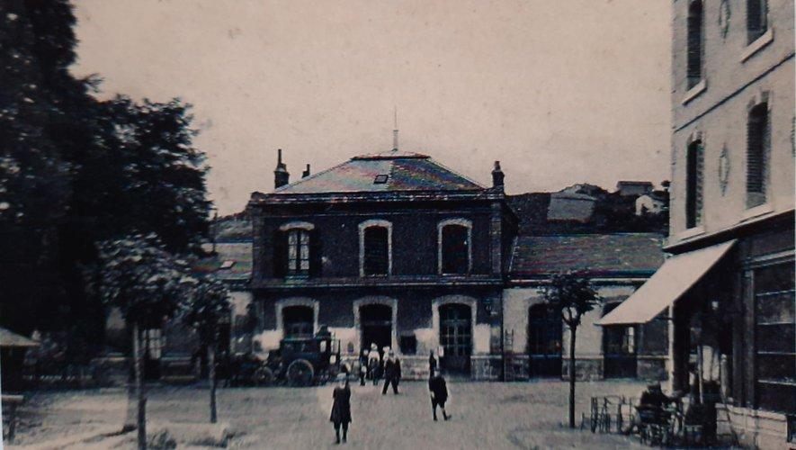 Le quartier de la gare, vers  le début du XXe siècle et ce qu'il est devenu aujourd'hui (photo  ci-dessous).