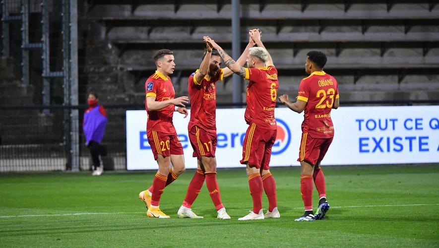 La joie des Ruthénois (de gauche à droite : Kerouédan, Bonnet, le buteur, Boissier et Obiang) après l'égalisation qui sera synonyme de point du résultat nul et de maintien en Ligue 2.