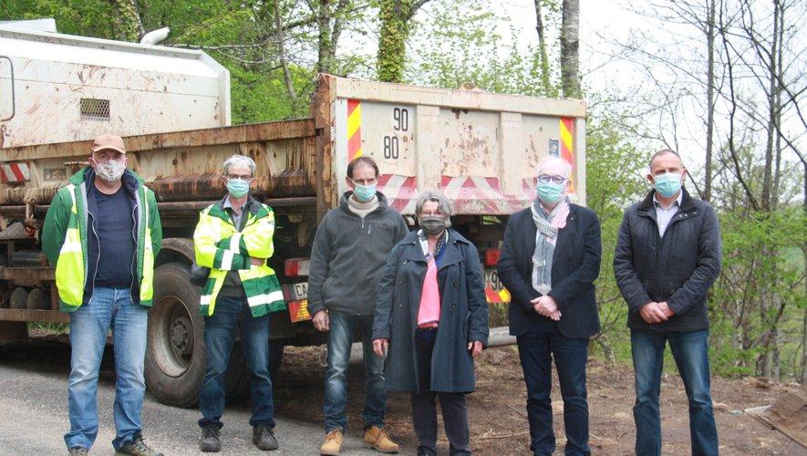 Les conseillers départementaux avec MM. Maratuech et Modéran visitent le chantier.