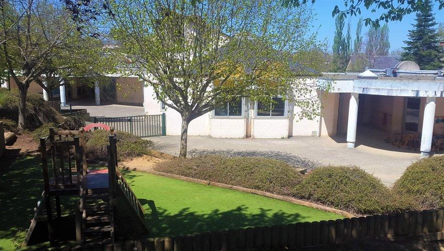L'école publique possède entre autres un grand espace extérieur.