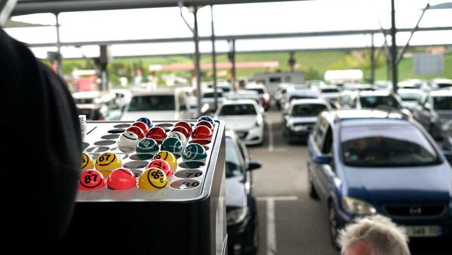 Tirer les numéros devant des voitures attentives.