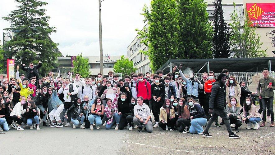 Les lycéens manifestent et bloquent l'entrée principale pour le Bac et le BTS