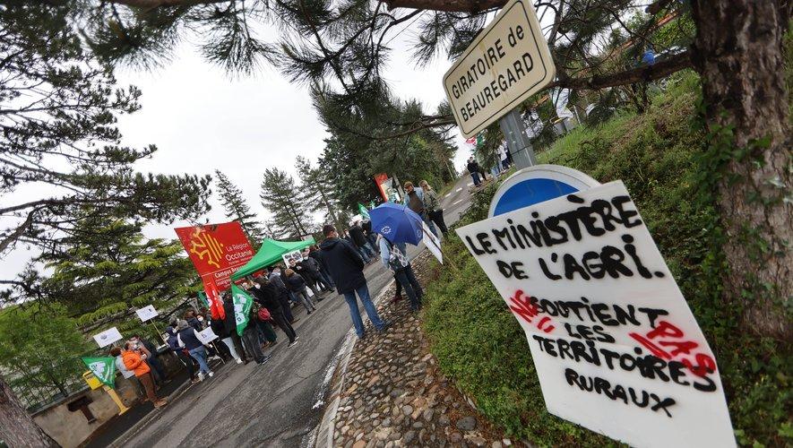 La manifestation s'est déroulée devant le lycée le matin et devant la sous-préfecture en début d'après-midi./photo C.I.
