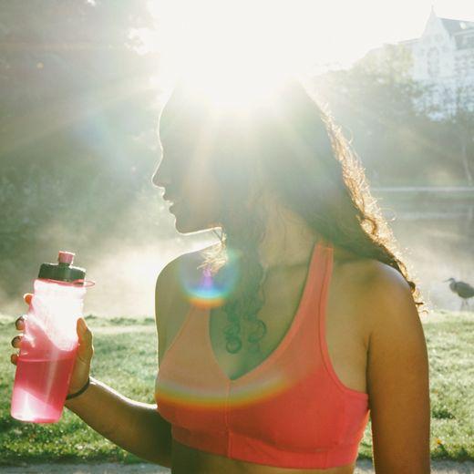 Prendre une boisson rose pendant un effort sportif permettrait d'augmenter ses performances, selon une étude britannique.