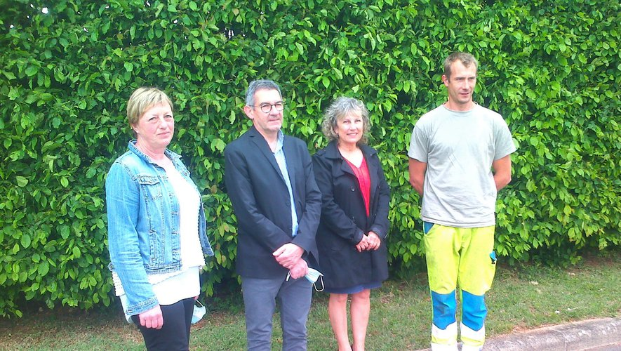 Cathy Brassac-Viguié, Hélian Cabrolier, Graziella Pierini, Romain Miquel devant la verdure de l'esplanade André-Jarlan.