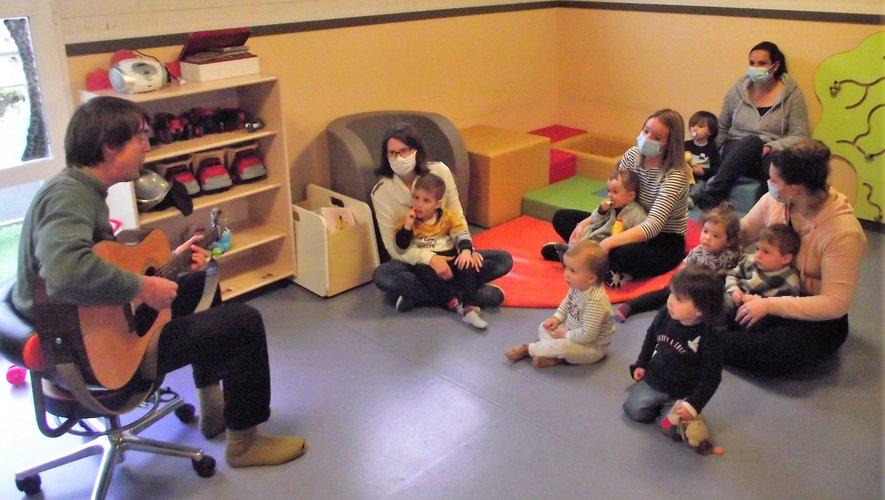 Des bambins émerveillés par la prestation de Kieran Thorpe.