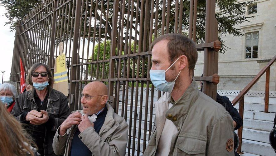 Michel, ici au centre de l'image à sa sortie de l'audience, entouré de ses soutiens et de son conseil Me Nicolas Gallon (à droite) du barreau de Montpellier.