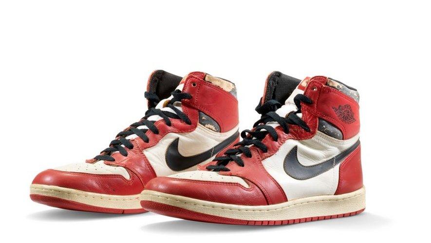 La paire vendue mercredi, aux couleurs rouge, blanc et noir des Chicago Bulls, ont été portées par Michael Jordan durant son extraordinaire première saison en NBA, en 1984-1985.