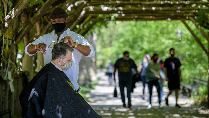 Herman James a commencé à offrir des coupes dans le parc en mai 2020, lorsque les coiffeurs avaient été obligés de fermer en raison de la pandémie.