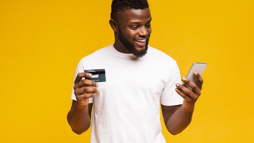 """Les émetteurs de cartes bancaires, banques, opérateurs de paiement, commerçants en ligne, etc. sont désormais tenus de déployer un dispositif dit """"d'authentification forte"""" du client lors de paiements électroniques ou d'opérations bancaires sensibl"""