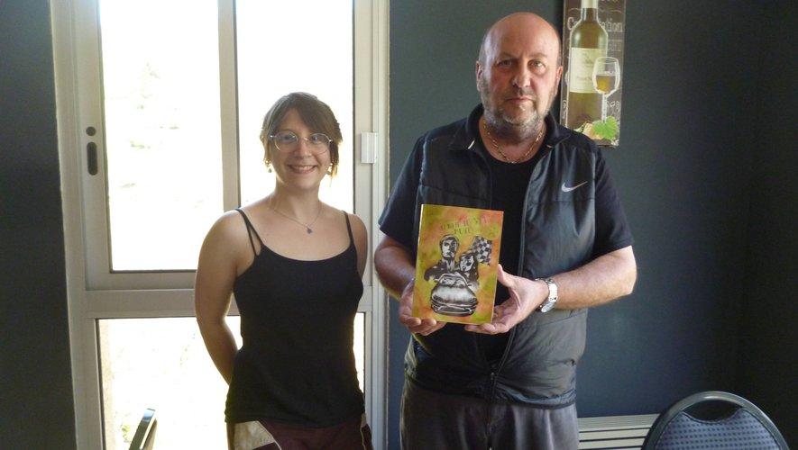 Patrick présente son livre avec Marie dans la salle du restaurant.