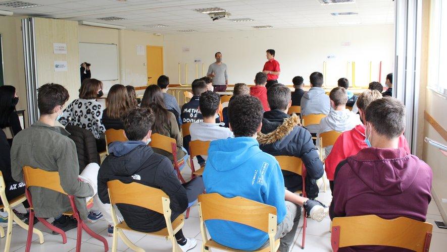 Stéphane Linou (à droite) et Samuel Alet devant les adolescents captivés au Lycée François Marty