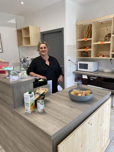 Isabelle Cheval, nouvelle gérante du gîte et de l'épicerie d'Espeyrac (sans masque pour la photo).
