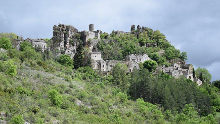 """Construit au XIe siècle, le château de Saint-Véran domine le hameau bâti, quant à lui, au XVIe siècle.En 1961, le film """"Le miracle des loups"""" réalisé par André Hunebelle montre le hameau en flammes."""