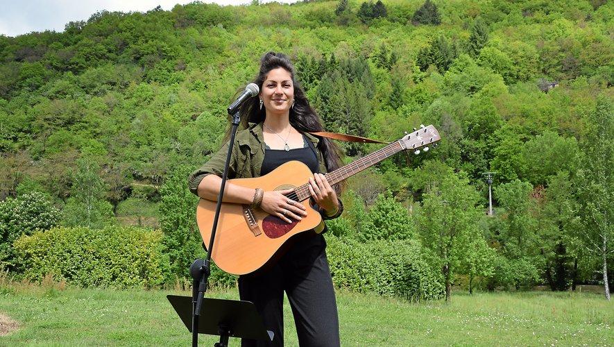 Caroline Menniello travaille actuellement sur un solo voix-guitare qu'elle aimerait présenter sur scène.Rui Dos Santos