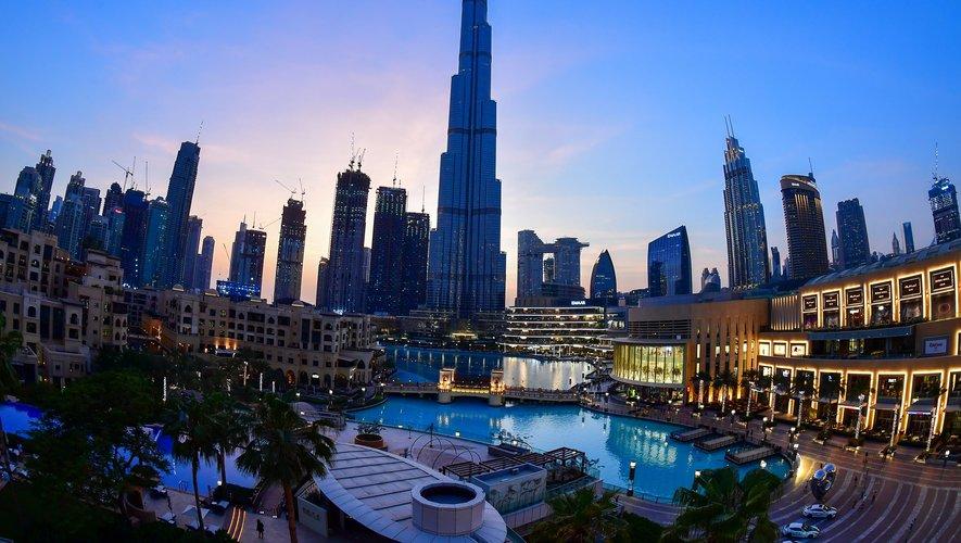 Contrairement à d'autres dans le Golfe, l'économie de Dubaï, un des sept membres de la fédération des Emirats arabes unis, ne repose pas sur l'or noir mais sur le tourisme, le commerce, la finance et l'immobilier.
