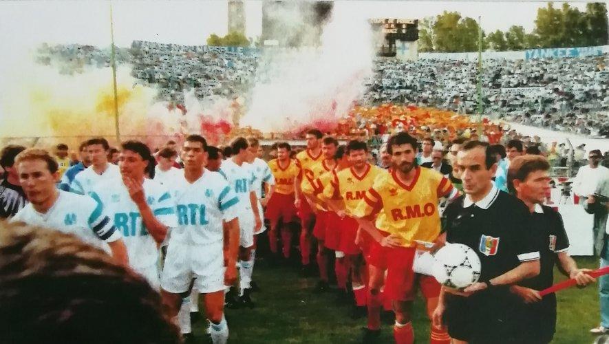 Les joueurs de Rodez pénètrent sur la pelouse du Vélodrome, pour l'un des plus grands chapitres de l'histoire du sport aveyronnais.