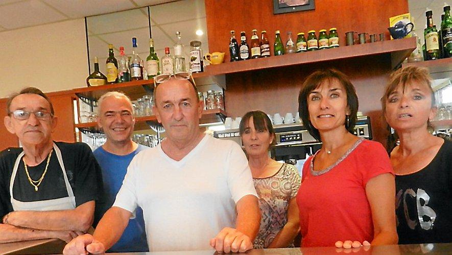 Claude Gabriagues, ici au centre, entouré de sa famille et de ses employés, en 2016.
