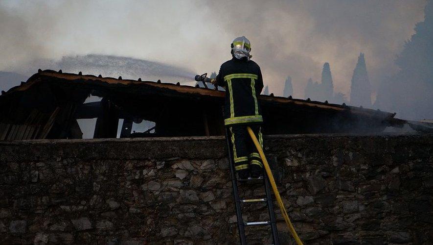 Les 3 500 m2 d'entrepots ont été détruits.