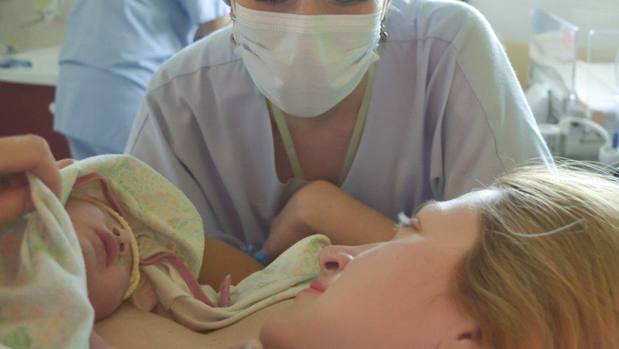 """Naissance prématurée : le peau à peau """"immédiat"""" pour sauver des vies"""