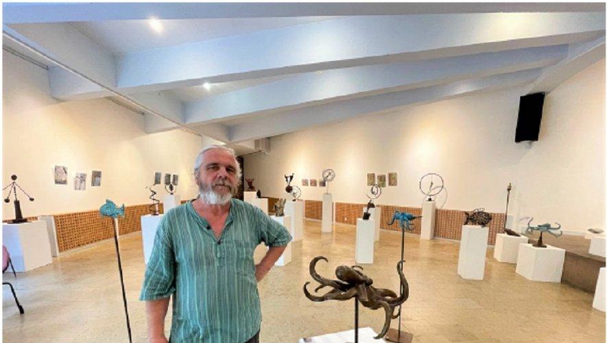 Christophe Cayla fait voyager les curieux à travers sa maîtrise d'un matériau, le bronze, mais également à travers les continents et les lieux qui ont forgé sa pratique, son univers, et nourri ses inspirations.
