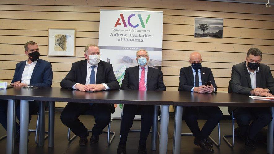 Elus, député et représentants de Beauvallet lors de la présentation du projet en mars dernier à Argences-en-Aubrac.