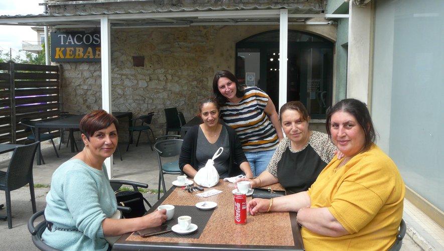 Neslihan (assise au milieu) avec famille et amies autour du café.